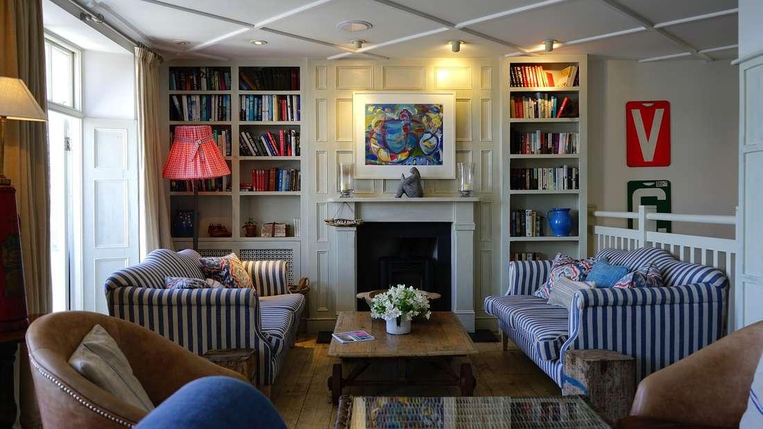 Wenn Sie sich zu sehr der Deko im Möbelhaus orientieren, sieht die Wohnung bald aus als wäre sie dem Katalog entsprungen. Richtig heimelig wird es aber erst durch den Mix verschiedener Stilrichtungen. Dabei sollten Sie es aber nicht übertreiben.