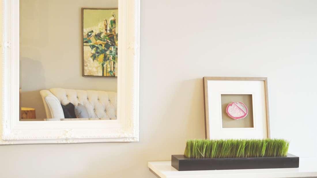 Besonders in der Stadt finden sich nur wenige geräumige Wohnungen - das macht aber nichts. Mithilfe von Spiegeln können Sie Ihre Räume optisch vergrößern.