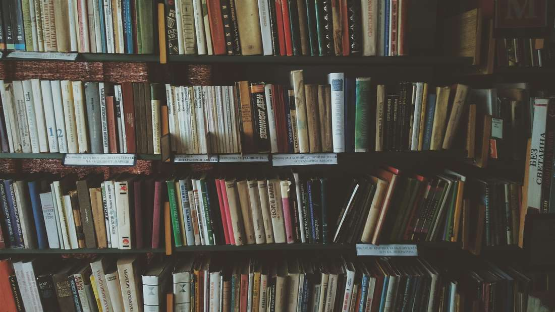 Ob zwischen zwei Büchern oder in einem Umschlag zwischen den Buchseiten – im Regal sucht jeder Einbrecher.