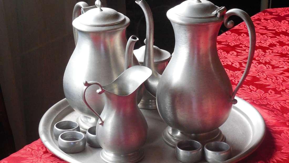 Metalle wie Aluminium, Messing, Bronze, Zinn oder Kupfer verfärben sich leicht beim Spülgang. Besonders älteres Geschirr besteht noch aus diesen Materialien.