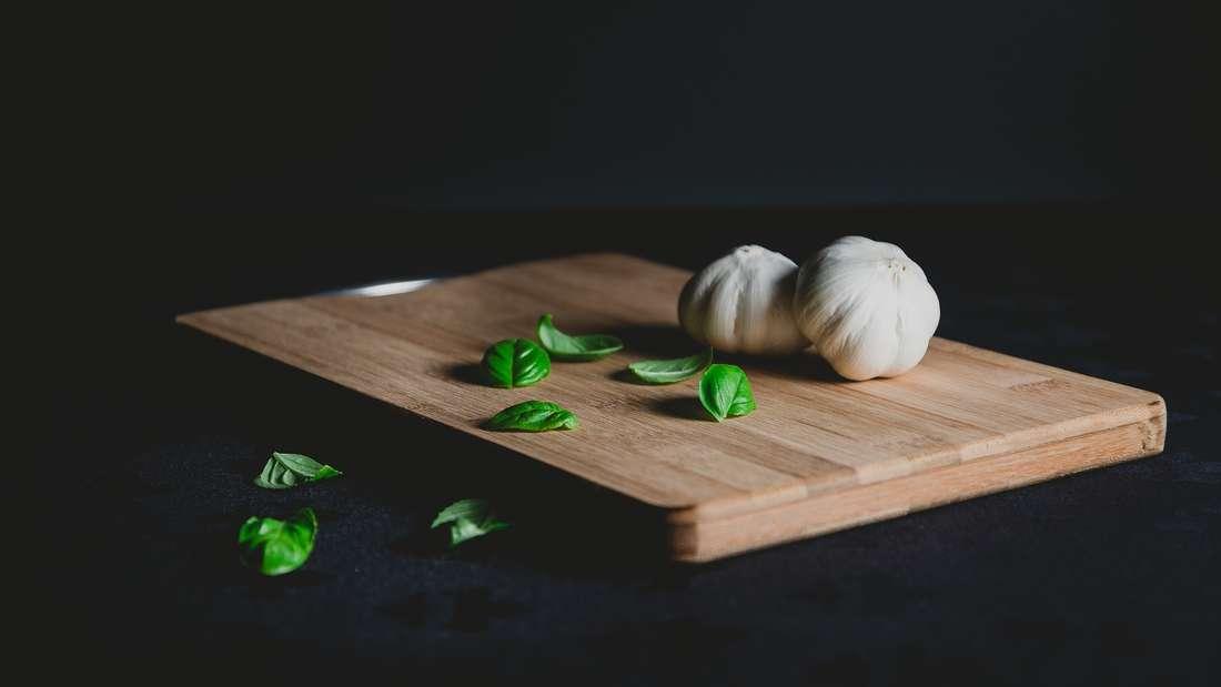 Holzschneidebretter oder generell Geschirr mit Holzgriffen sollte nicht in die Spülmaschine gestellt werden. Es kann Risse bekommen oder sich verziehen.