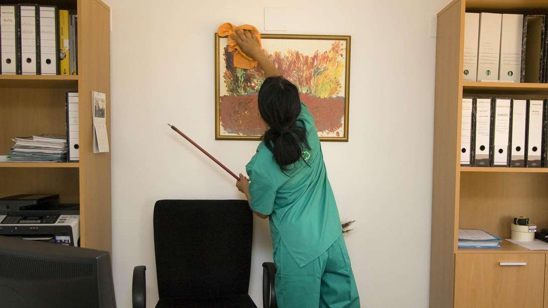 Putzen Sie jedes Möbelstück oder jede Oberfläche immer von oben nach unten, damit Sie nicht wieder von vorne anfangen müssen.