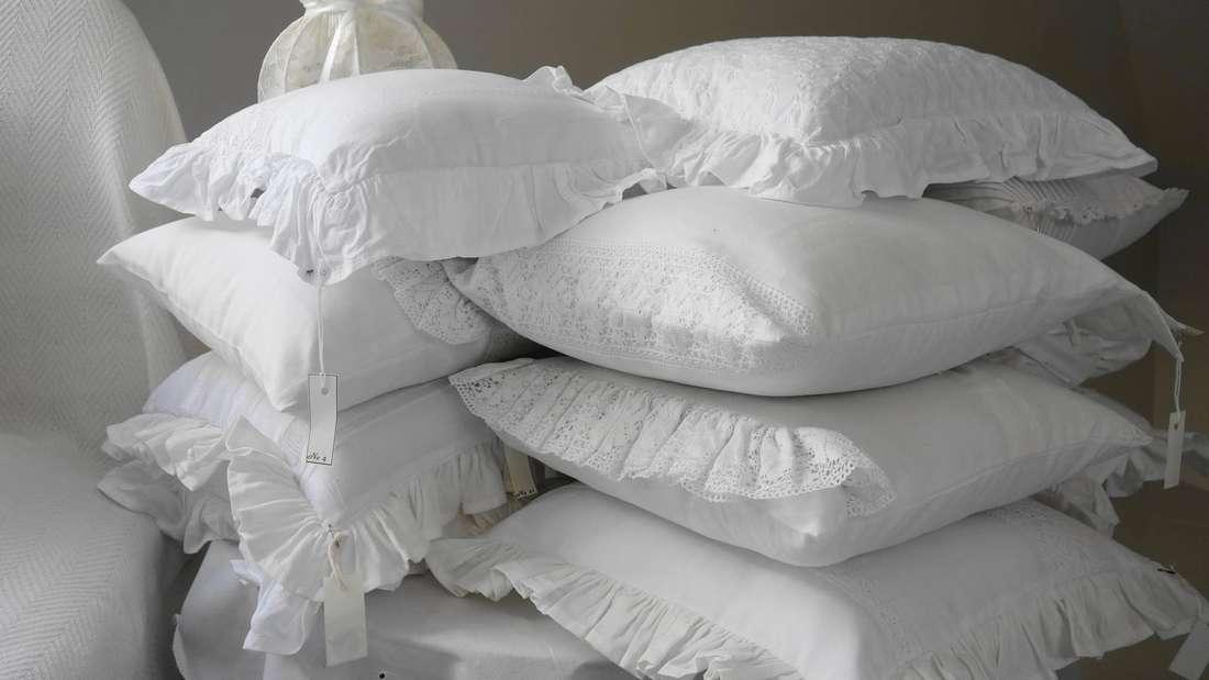 Nicht nur die Kissenbezüge müssen gewaschen werden, sondern auch die Kissen selbst – und das mindestens zwei Mal im Jahr.