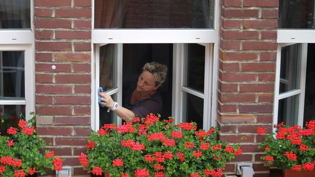 Beim Fensterputzen hat jeder seine ganz eigene Technik. Aber welche ist wirklich effektiv?