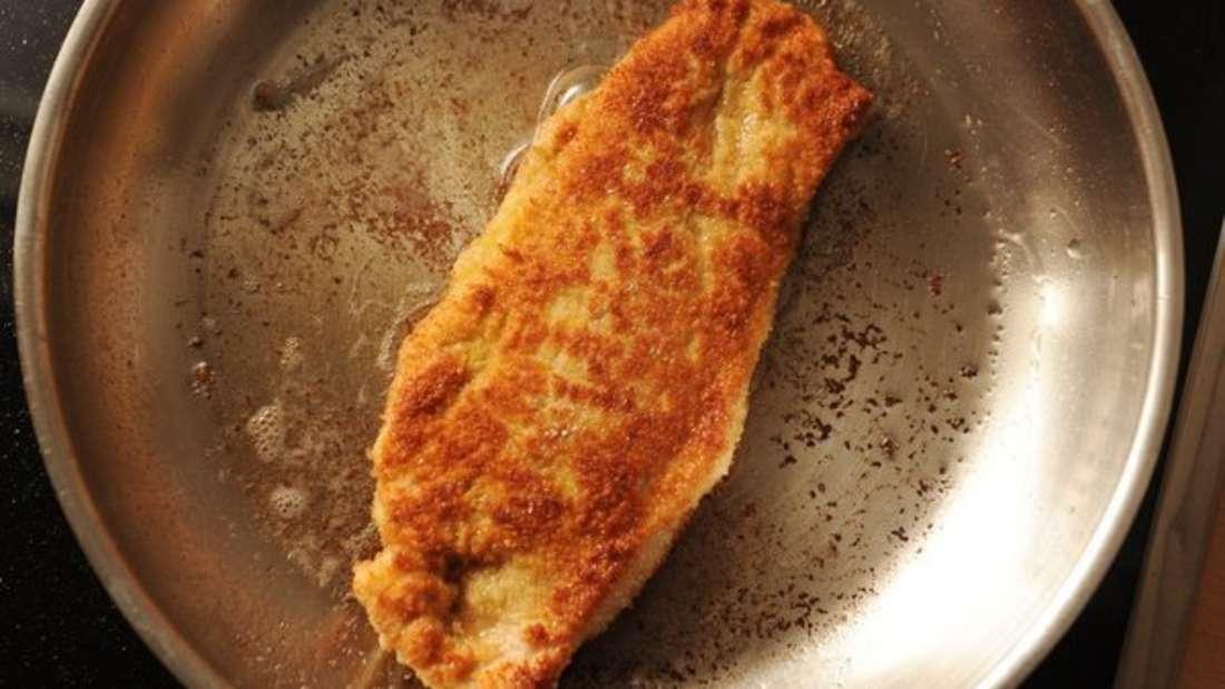 Nach dem Kochen bleiben oft Essenreste und Krusten in der Pfanne zurück.
