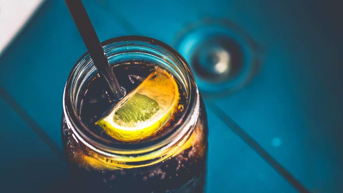 Fliegen sind manchmal so richtige Plagegeister – da kommt die Cola gerade recht. Denn ihr Geruch zieht die kleinen Tierchen an und von Ihnen fort. Zudem bekommt ihnen das Getränk nicht besonders gut.