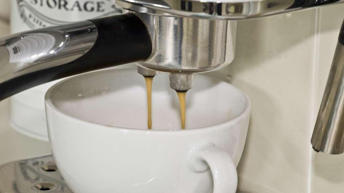 Auch die Kaffeemaschine bekommt täglich ihren Einsatz – und doch reinigen wir nur selten den Wassertank. Doch gerade hier bilden sich gerne Hefe- und Schimmelpilze, die sich über die Schläuche in der Maschine verteilen und somit auch in unserem geliebten Heißgetränk landen. Reinigen Sie ihn deshalb einmal wöchentlich mit Essig.