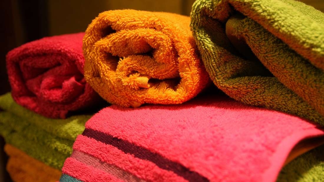 Nach dem Duschen ein flauschiges Handtuch – was gibt es Schöneres? Doch würden Sie noch genauso denken, wenn Sie wüssten, welche Körperausdünstungen sich schon nach einmaliger Benutzung darauf befinden? Schuppen, Speichel, Harn, Bakterien, Pilze und Analsekret fühlen sich in den Textilien wohl – und wenn das Handtuch nicht ordentlich getrocknet wird, steigt das Infektionsrisiko. Deshalb sollten Sie die Tücher mindestens nach jeder dritten Nutzung waschen.
