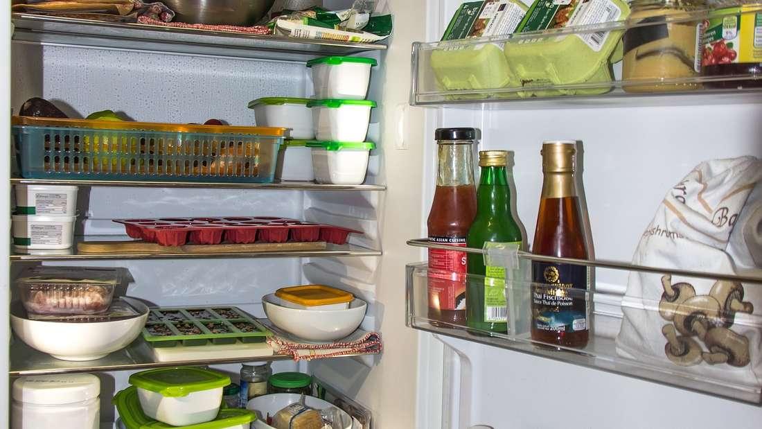 Der Kühlschrank kann ebenfalls zur Brutstätte von Bakterien werden: Achten Sie deshalb darauf, dass die Temperatur richtig eingestellt ist. Diese sollte circa sieben Grad Celsius betragen. Ist sie höher als acht Grad, können sich gefährliche Mikroorganismen rasant vermehren. Diese sind schuld an Magen-Darm-Erkrankungen oder Allergien.