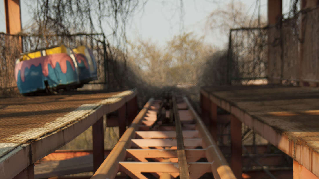 Die Schienen der Achterbahn. Vor vielen Jahren kamen hier zwei Mädchen ums Leben.