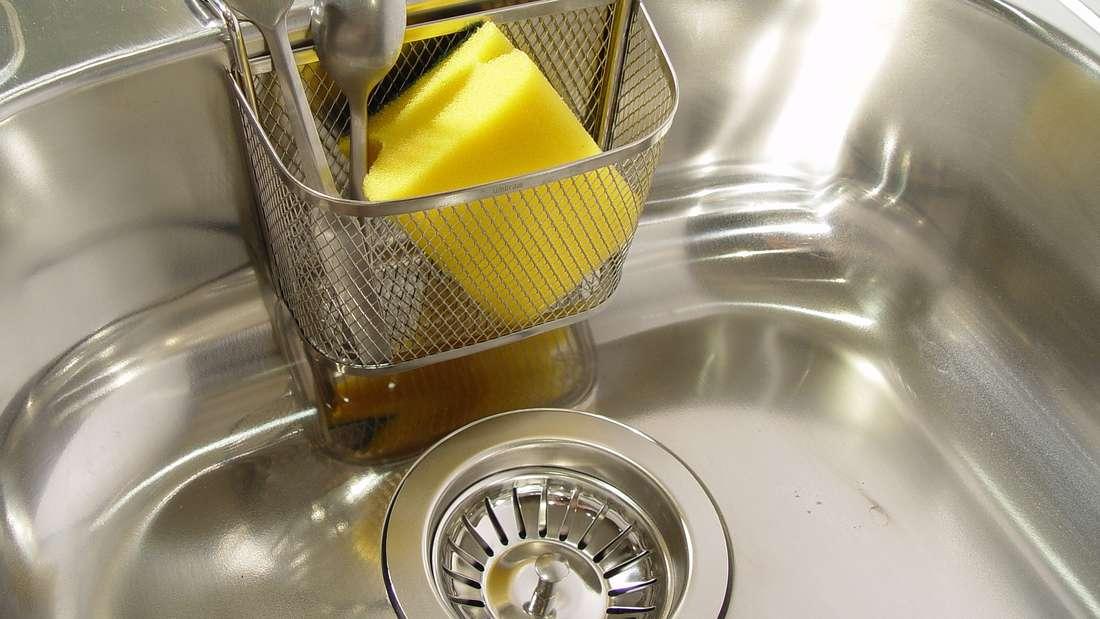 Ob im Bad oder in der Küche: Die Waschbecken sollten immer blitzblank sein. Vor allem in der Küche, wo täglich mit Lebensmitteln hantiert wird, ist Sauberkeit das A und O. Aber auch im Bad bilden sich im Laufe der Zeit eklige Zahnpasta-Flecken, wenn nicht regelmäßig geputzt wird.