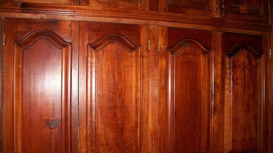 Holzmöbel haben es schwer auf dem Dachboden – denn nirgendwo im Haus herrscht so wechselhaftes Klima wie hier. Im Sommer staut sich die Hitze und im Winter können eisige Temperaturen Einzug halten. Diesen Temperaturdifferenzen passt sich das Holz an: Das heißt, es dehnt sich entweder aus oder zieht sich zusammen. Dadurch können Risse in den Möbelstücken entstehen. Verwahren Sie sie lieber an einem anderen Ort.