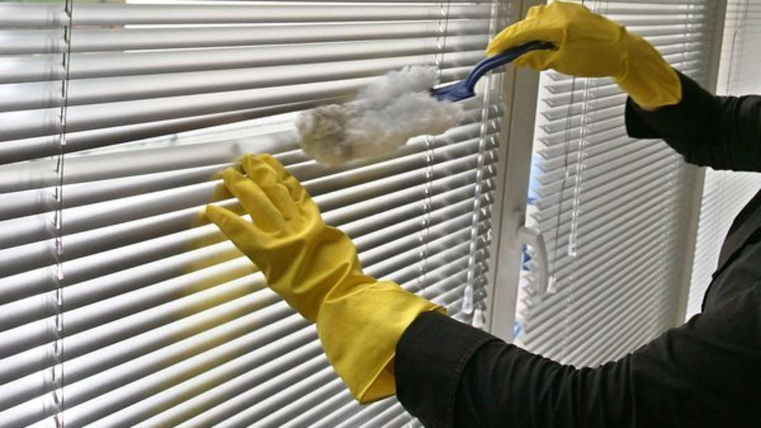 Hausstaub ist nicht nur ein lästiges Übel für jeden mit Putzfimmel, sondern kann laut Umweltbundesamt flüchtige Schadstoffe aus der Umgebung aufnehmen. So etwa Gase aus Elektrogeräten oder Leim in Möbeln. Auch Insektizide in der Luft werden zur gesundheitlichen Belastung, da sie Auslöser für Allergien sind. Wichtig: Sie sollten dreimal täglich stoßlüften und nebelfeucht wischen.