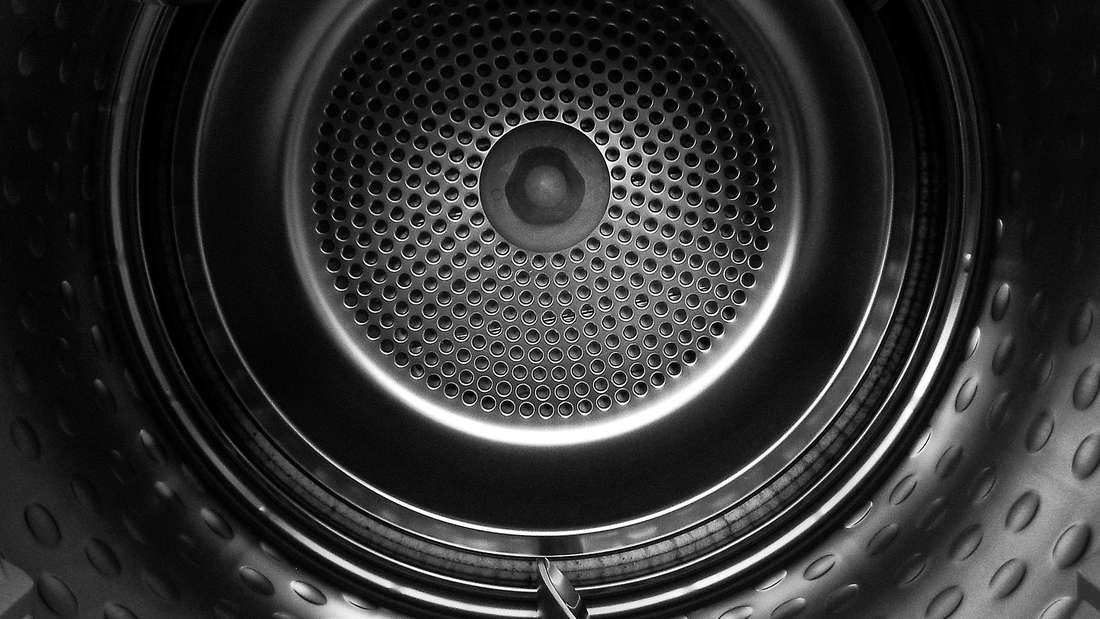 """Laut dem Institut für Schadenverhütung und Schadenforschung aus Kiel sind Wäschetrockner """"brandgefährlich"""". Der Grund: Die extrem erhitzte Kleidung im Inneren und mögliche Billig-Bauteile sind eine """"feurige"""" Mischung. Auf der Liste elektronischer Geräte, die für Haushaltsbrände sorgen, steht der Wäschetrockner nach Meinung des Instituts ganz oben. Deshalb sollten Sie niemals über Nacht oder unbeaufsichtigt genutzt werden."""