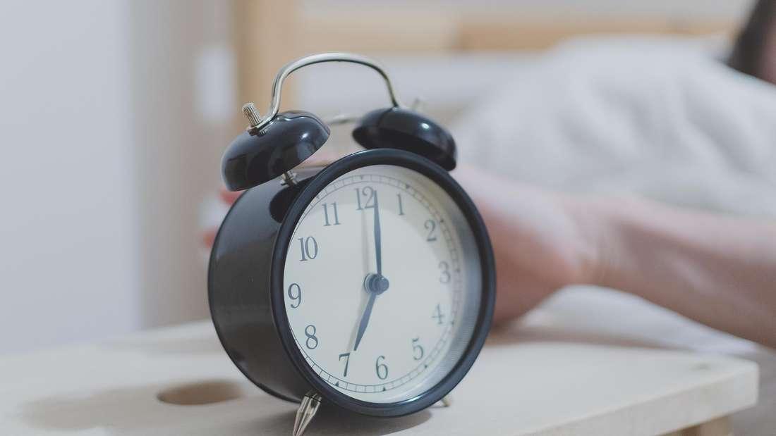 Eine japanische Studie bestätigt, was Sie sich vermutlich schon immer gedacht haben: Der Wecker ist des Menschen größter Feind. Gut, ganz so dramatisch ist es nicht – doch Untersuchungen ergaben, dass ein abruptes Aufwachen nicht gut für unser Herz ist, da der Puls plötzlich in die Höhe schießt.