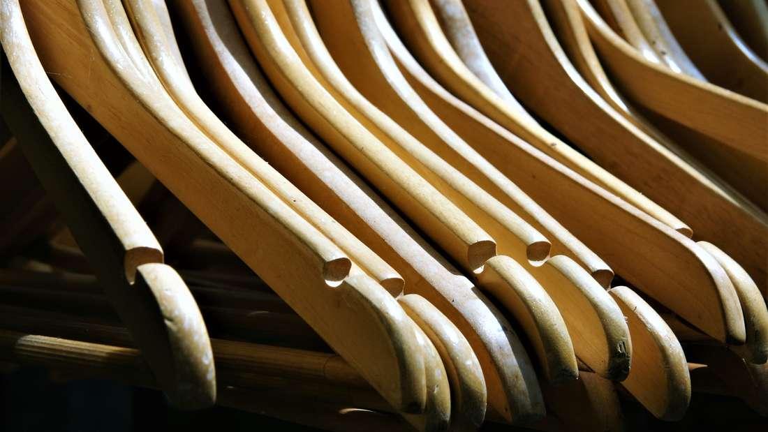 Sicherheitshalber nimmt man gerne ein paar Kleiderbügel aus dem Laden mit - doch die vermehren sich schneller als gedacht und nehmen unnötig viel Platz weg.