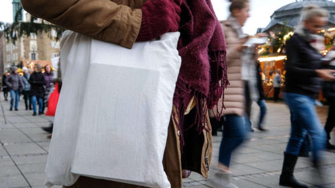 Stofftaschen sind äußerst praktisch, weil sie immer wieder verwendet werden können. Deshalb hat sich bei Ihnen vermutlich auch schon ein ganzer Stapel angesammelt. Zeit fürs Aussortieren!