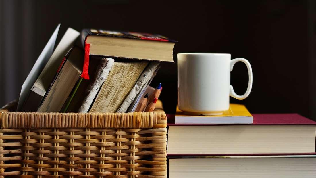 Von Büchern verabschiedet man sich äußerst ungern. Doch wenn es sich nicht gerade um den Lieblingswälzer handelt,müssen sieauch nicht die Regale im Wohnzimmer oder Schlafzimmer einnehmen. Dann lieber im Keller lagern oder weiterverkaufen.