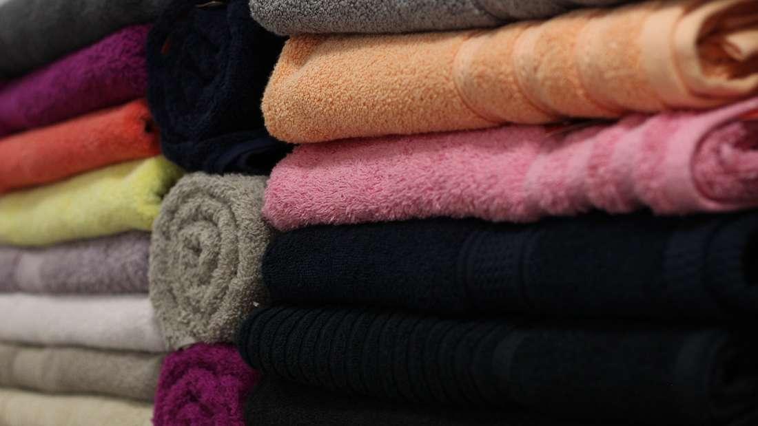 Auch von Handtüchern bekommen wir nur selten genug. Es werden regelmäßig Neue gekauft, während die Alten im Schrank schnell nach hinten rutschen. Doch so richtig von ihnen trennen mag man sich auch nicht. Damit sollten Sie Schluss machen und endlich Ausmisten.