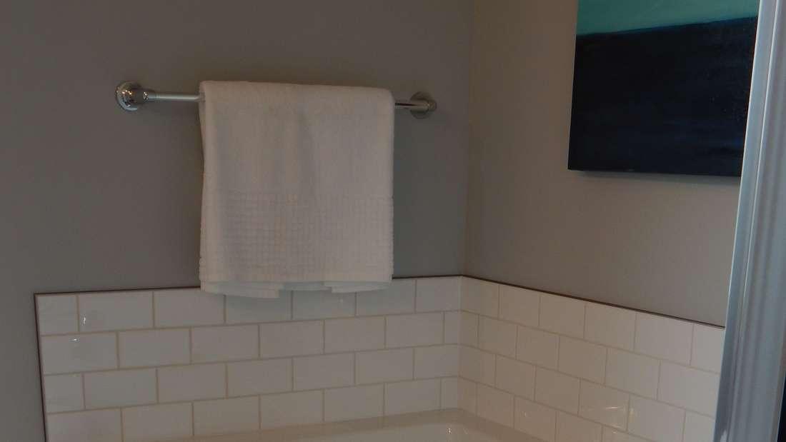 Sie kennen das Problem sicher auch - der Handtuch-Haken will einfach nicht halten (Symbolbild).