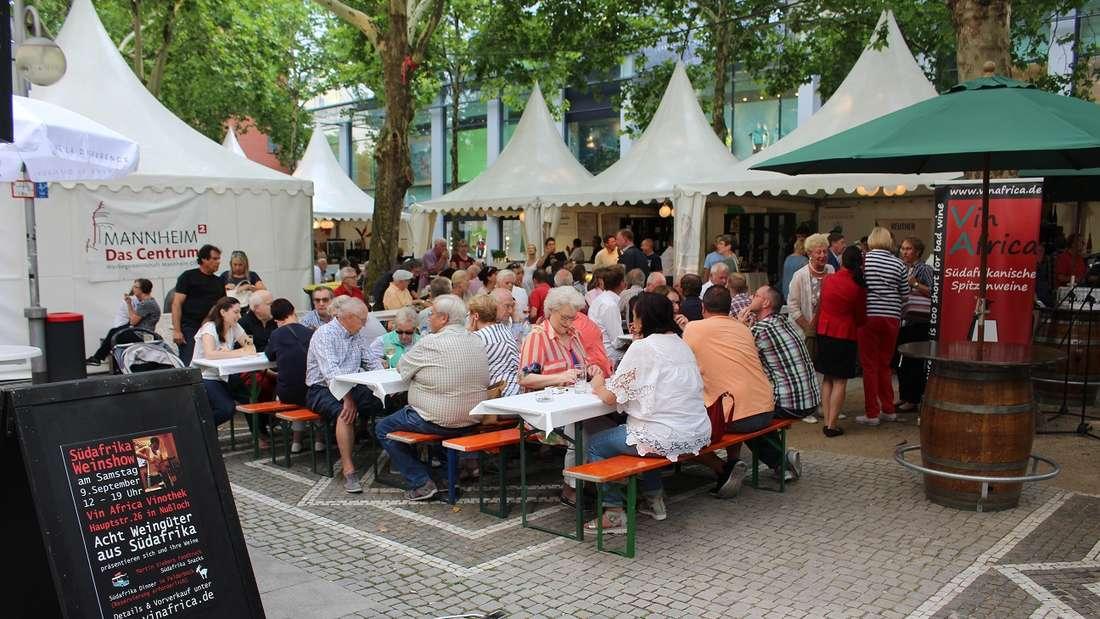 """Hier dreht sich alles um den Rebensaft: Die feierliche Eröffnung von """"Wein & Genuss"""" am 24. August auf den Kapuzinerplanken."""