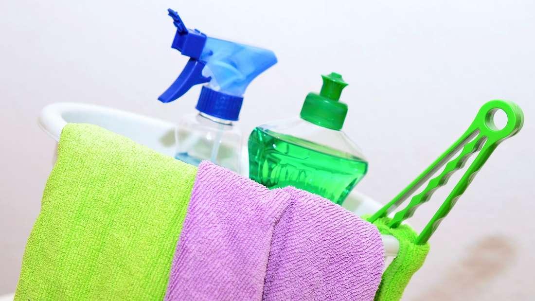 Wenn die Putzsachen auch weiterhin ihren Dienst tun sollen, brauchen sie regelmäßig eine Reinigung – am besten nach jeder Verwendung. Ansonsten wird der nächste Hausputz eher eine schmutzige Angelegenheit.