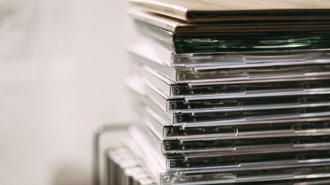Sie haben doch bestimmt auch ein Regal voll von uralten CDs und DVDs, die Sie schon lange nicht mehr angerührt haben. In dem Fall nehmendiese einfach nur noch Platz weg und sollten aus dem Wohnzimmer verbannt werden. Vielleicht können Sie sie auch weiterverkaufen?