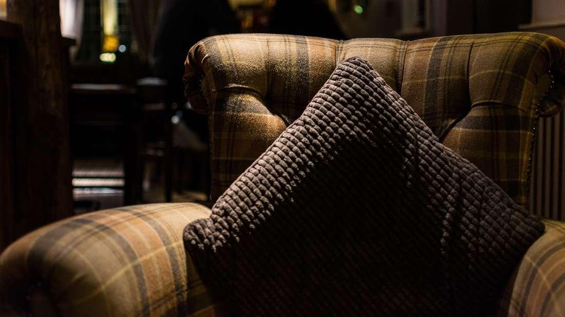Sofakissen sind eines dieser Dinge, von denen man über die Jahre immer viel zu viel kauft. Da kann man das Alte auch mal wegwerfen anstattalles zu sammeln - und Sie haben wieder mehr Platz auf der Couch.