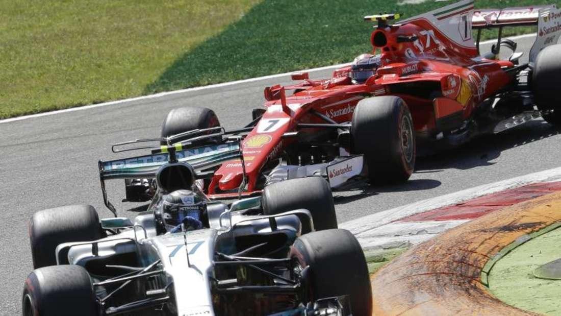 Zwischendurch kam es zum Duell der Finnen: Valtteri Bottas im Mercedes vor Kimi Räikkönen im Ferrari. Foto: Luca Bruno