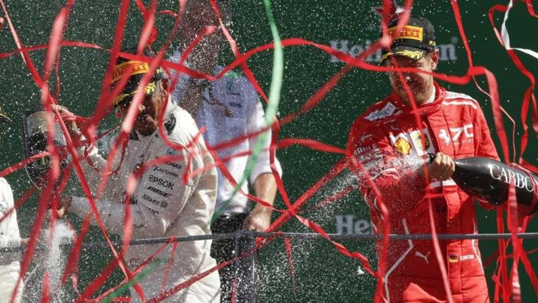 Lewis Hamilton (M) gewann den Großen Preis von Italien vor Mercedes-Kollege Valtteri Bottas und Ferrari-Pilot Sebastian Vettel (r). Foto: Antonio Calanni