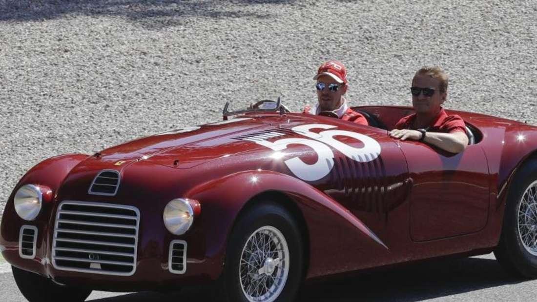 Die Fahrergarde um Sebastian Vettel fuhr bei der Fahrerpräsentation in Oldtimern über die Strecke. Foto: Antonio Calanni