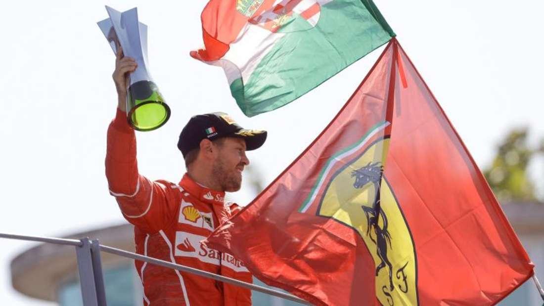 Sebastian Vettel ließ sich auch für seinen dritten Platz von den frenetischen Ferrari-Fans feiern. Foto: Luca Bruno