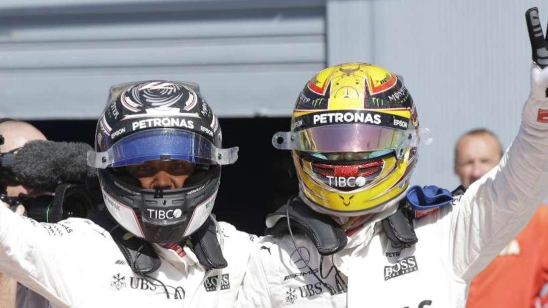 Valtteri Bottas (l) wird wohl auch nächstes Teamkollege von Lewis Hamilton bei Mercedes sein.Foto: Luca Bruno