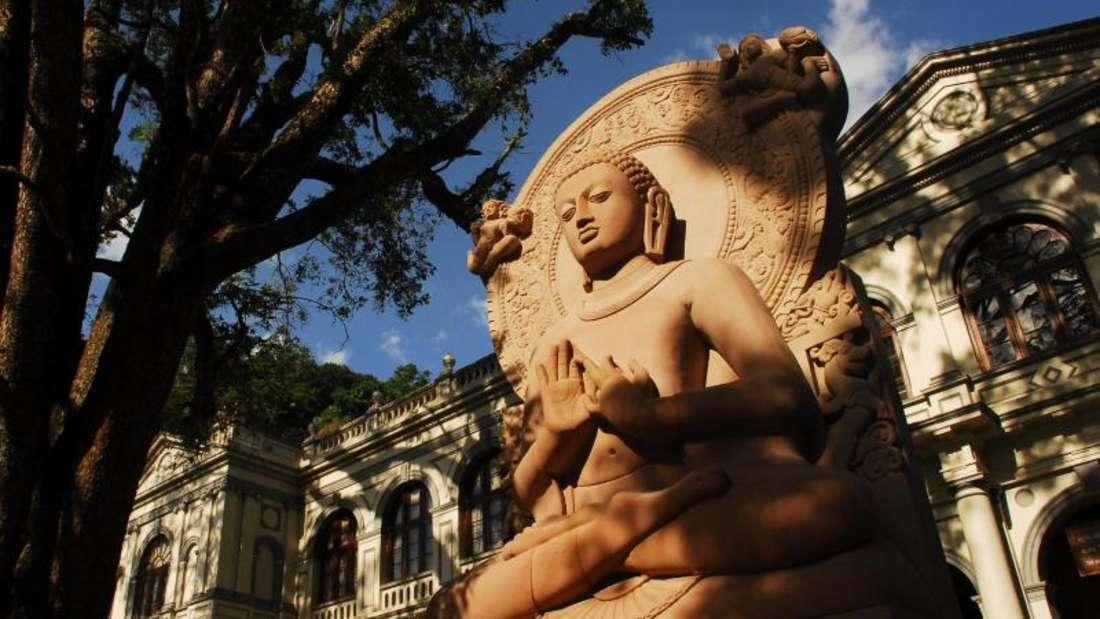 Ein Fotos dieser Buddha-Statue in Kandy ist in Ordnung - doch anderswo inSri Lanka können vermeintlich harmlose Bilder Probleme machen. Das Fotografieren der Wolkenmäden-Fresken von Sigiriya ist bei Strafe verboten.