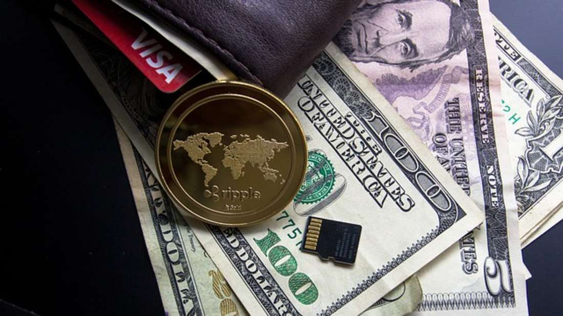 Die Krypto-Plattform Ripple dagegen entstand aus einer Idee von Software-EntwicklerRyan Fugger und wird von Ripple Labs. weiterentwickelt. Ziel ist es,Ripple zu einem für alle zugänglichen Zahlungsnetzwerk für jede beliebige Währung wie Dollar, Euro oder Bitcoin &Co.sowie Handelsplatz zu machen. Ripple enthält zudem eine eigene interne Digitalwährung namens XRP. Deren Kurs beträgt aktuell gerade mal um die 15 (Euro-)Cent.