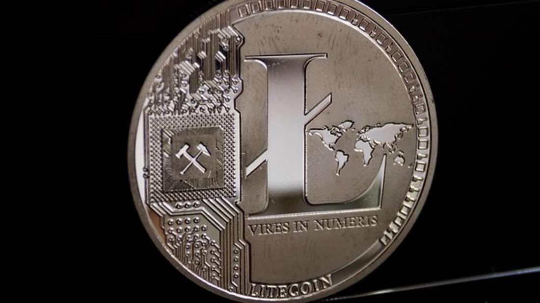 Litecoin, kurz LTC genannt, gibt es seit Oktober 2011. Auch diese Kryptowährung bedient sich der Blockchain-Technologie wie Bitcoin. Das heißt: Daten von Transaktion werden verschlüsselt übertragen, in Blöcken zusammengefasst und aneinandergehängt. Aktuell liegt der Litecoin-Kurs gerade bei 60 Dollar (etwa 50 Euro).