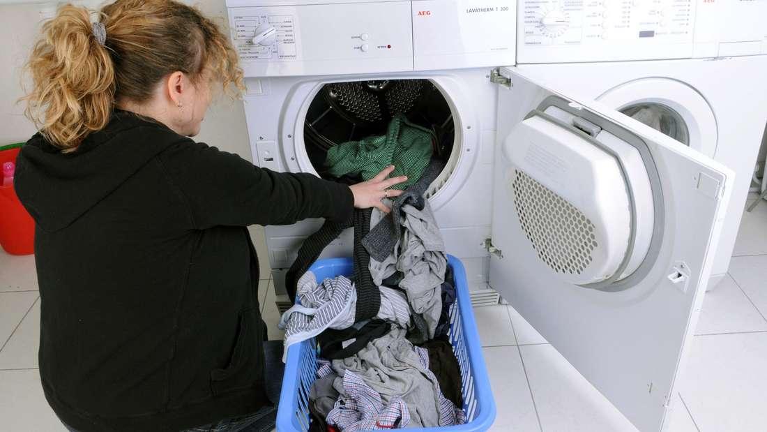 Ihre Klamotten riechen komisch, obwohl Sie sie gewaschen haben? Dann kann es an Schimmel in der Trommel liegen.