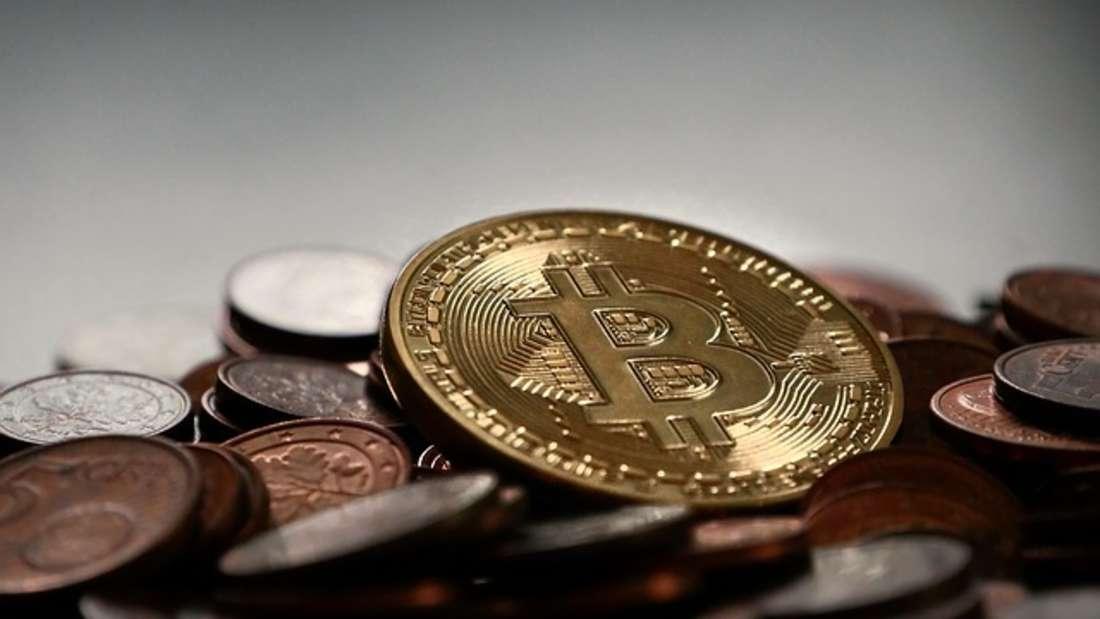 Kryptowährungen sind gerade in aller Munde: Bitcoin & Co. sind gerade so angesagt wie nie. Einst als dubioses Cybergeld aus dem Darknet verschrien, sind sie nun auch in der Realität angekommen. Mit Erfolg. Der Bitcoin-Kurs konnte bereits ein Allzeithoch erzielen, die 4.000-Dollar-Marke (etwa 3.350 Euro) knacken - und machte bereits einige Investoren in kürzester Zeit zu Millionären. Allerdings ist der Kurs immer wieder starken Schwankungen unterworfen - daher sollten Sie sich des Risikos eines Tiefsturzes stets bewusst sein.