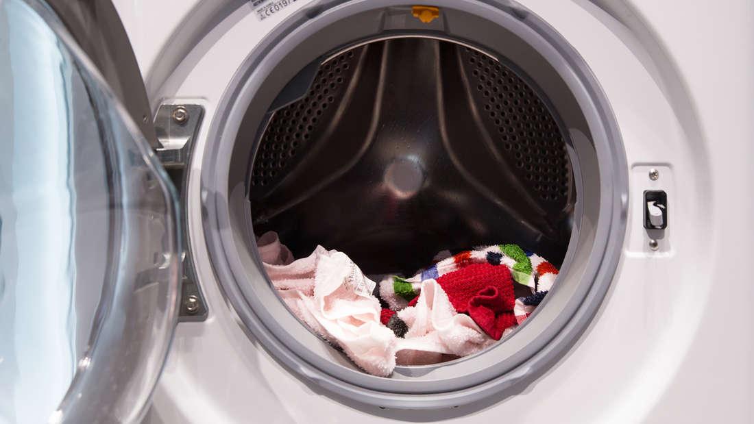 Auf das Vorwasch-Programm können Sie getrost verzichten, da normale Wäsche auch ohne Vorwäsche sauber wird. Bei stark verschmutzten Teilensollten Sie es jedoch verwenden. Ersparnis: rund 10 Euro pro Jahr.