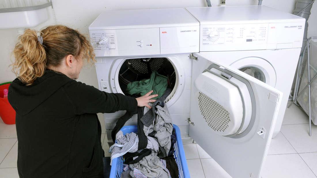 Befüllen Sie die Waschmaschine im normalen Baumwollprogramm bis zum Rand. Laut Expertenmeinung ist es in Ordnung, wenn am Ende etwas Druck notwendig ist. Wenn die Kleidung aneinander reibt, verstärkt das den Reinigungsprozess. Einsparung: 20 Euro pro Jahr.