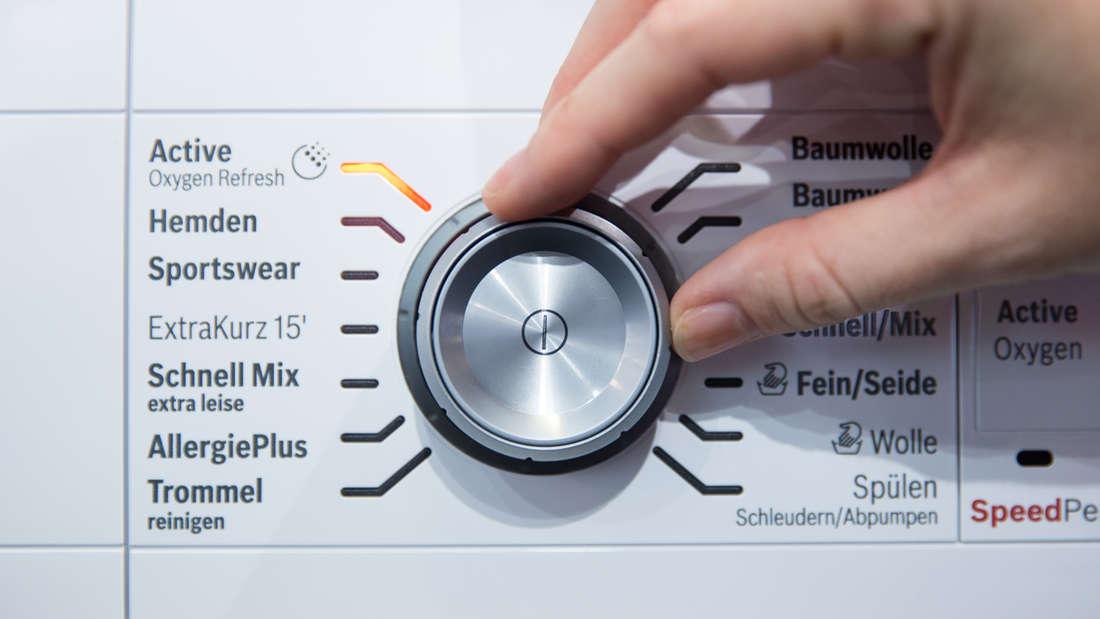 Stellen Sie lieber eine höhere Schleuderzahl ein, da im Anschluss der Trockner weniger Strom verbraucht. Wäschetrockner benötigen nämlich wesentlich mehr Energie als Waschmaschinen. Ersparnis: rund 25 Euro pro Jahr.