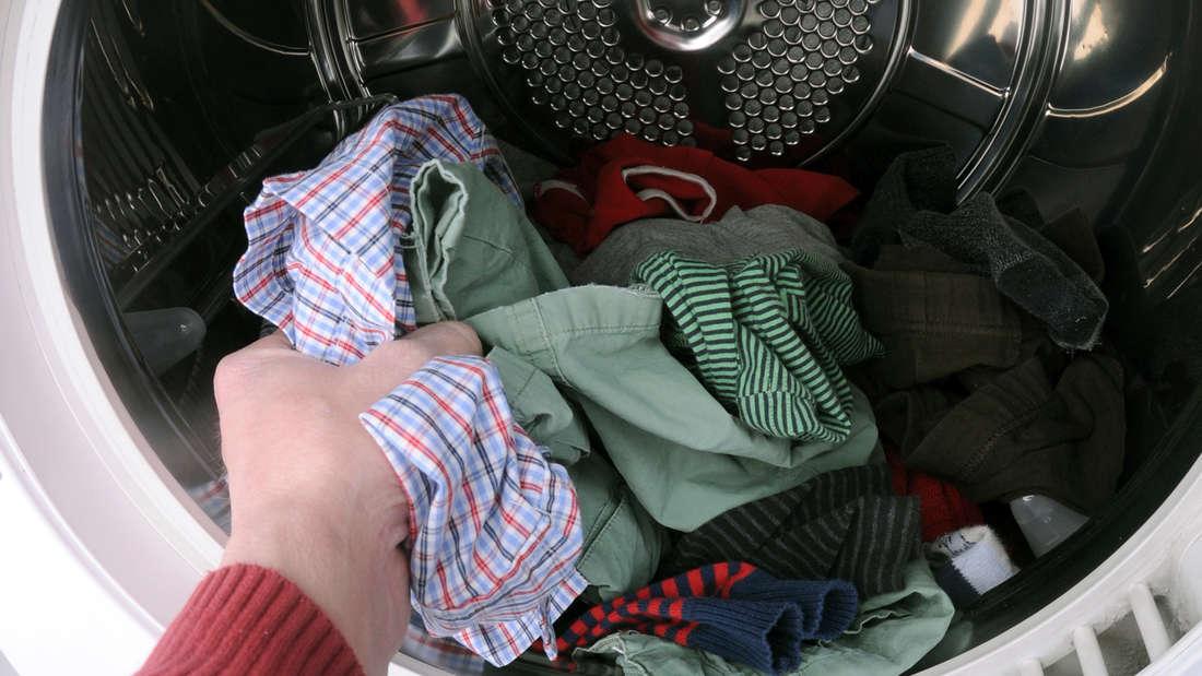 Genauso wie bei der Waschmaschine sollte auch der Trockner voll beladen werden. Schließlich wird beim Trocknen eines einzelnen Hemdes wesentlich mehr Energie verbraucht, als wenn es mit mehreren Kleidungsstücken zusammen im Trockner landet. Ersparnis: rund 10 Euro pro Jahr.