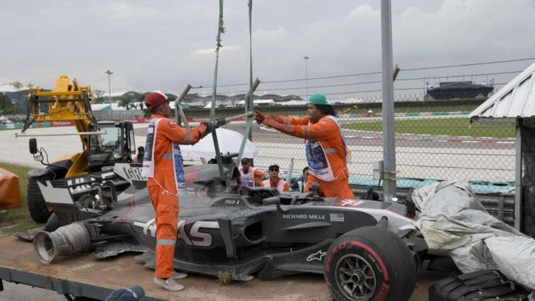 Der Haas-Bolide von Romain Grosjean musste nach dem Unfall abgeschleppt werden. Foto: Thomas Lam