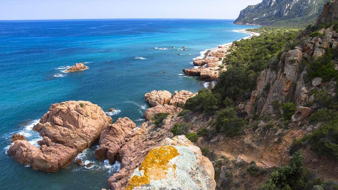Die italienische Insel Sardinien lockt im Herbst ebenfalls mit Temperaturen von 24 bis 28 Grad. Die Natur dort ist fast unberührt und weite Sandstrände lassen das Urlauberherz höher schlagen. Neben Strandausflügen, gibt es zahlreiche Sehenswürdigkeiten zu entdecken – die Turmbauten der Nuraghen oder der rote Felsen von Arbatax sind nur ein paar Beispiele.