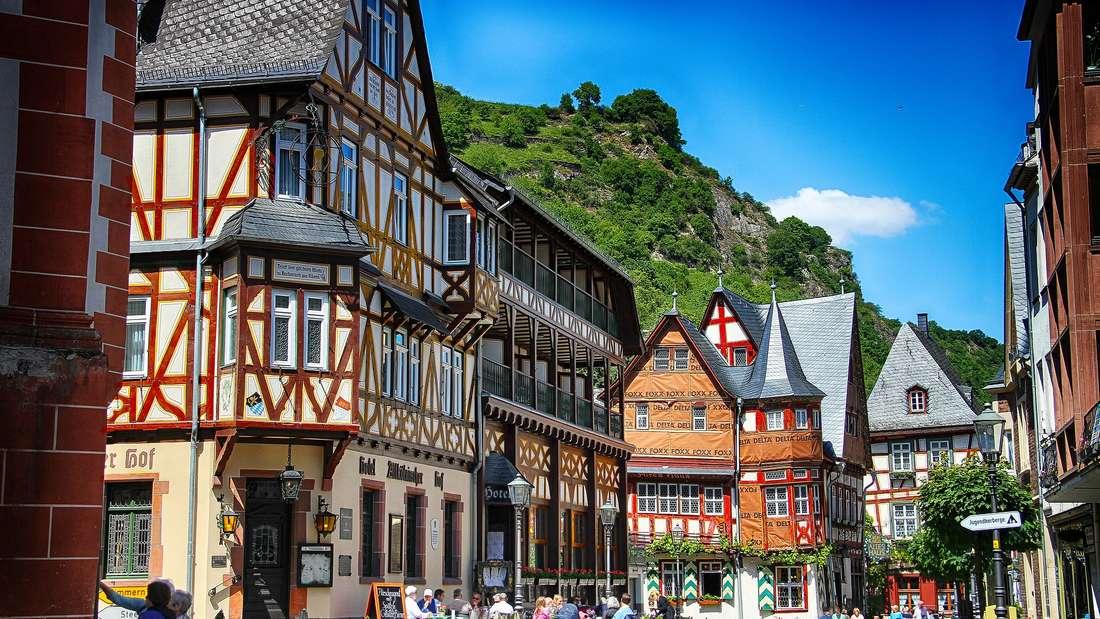 Bacharach in Rheinland-Pfalz bezaubert mit Fachwerkhäusern und einer wunderschönen Lage in der Kulturlandschaft Oberes Mittelrheintal. Oberhalb der Kleinstadt erhebt sich die Burg Stahleck, die zum UNESCO-Weltkulturerbe zählt.