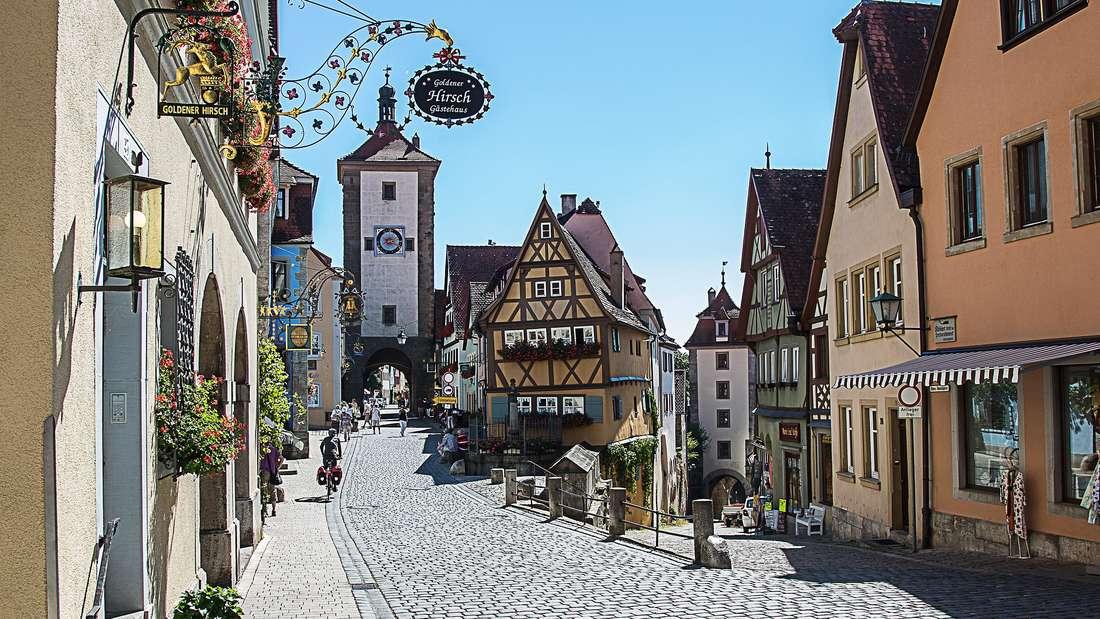 Im Landkreis Ansbach in Bayern befindet sich Rothenburg ob der Tauber. Auch hier ist die Altstadt wunderschön anzusehen, vor allem weil sie kaum durch moderne Gebäude aufgebrochen wird. Wer die Kleinstadt besuchen will, dem ist die kalte Jahreszeit dafür ans Herz zu legen. Der Weihnachtsmarkt von Rothenburg zählt nämlich zu den schönsten Deutschlands.
