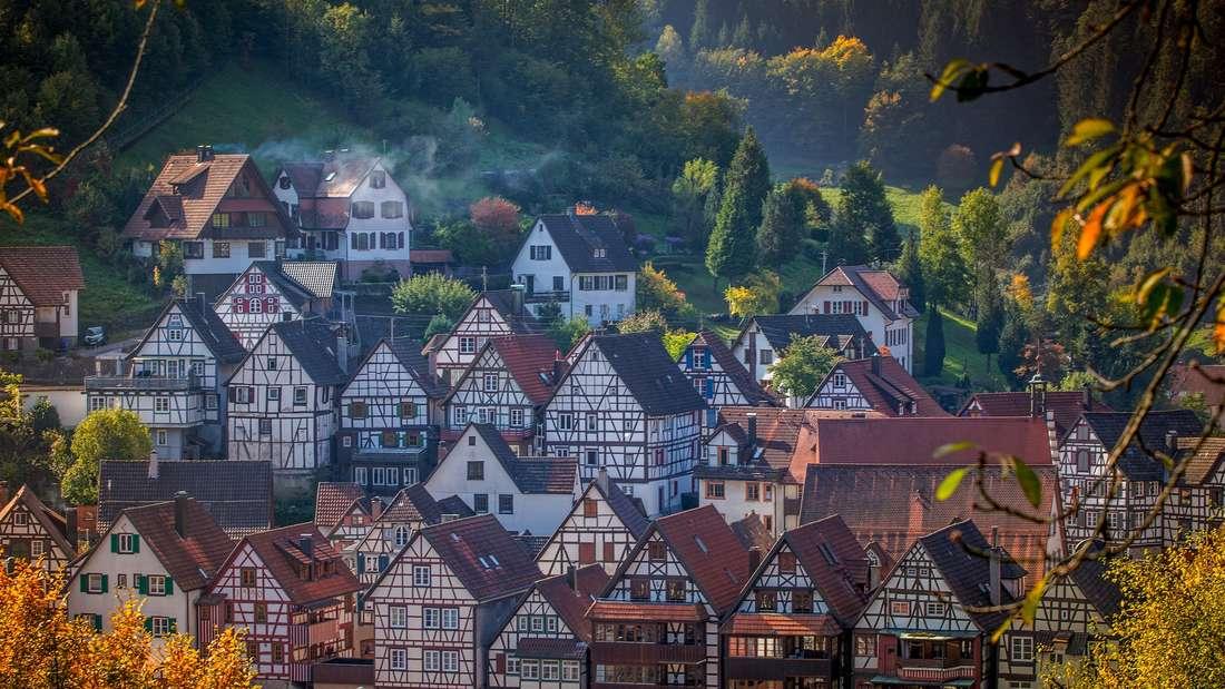 Jetzt geht es in den Schwarzwald: Zum Landkreis Rottweil in Baden-Württemberg gehört das beschauliche Städtchen Schiltach. Wie in keinem anderen Dorf fällt die Altstadt durch die Geschlossenheit seiner Fachwerkhäuser auf.