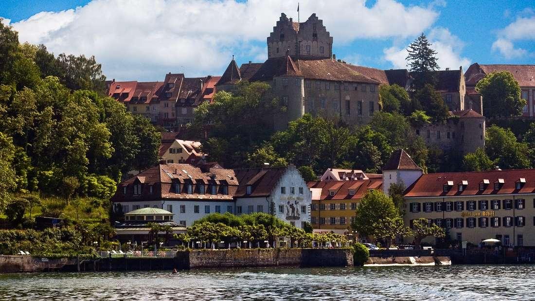 Kein Wunder, dass es die Dichterin Annette von Droste-Hülshoff nach Meersburg verschlagen hat: Die Kleinstadt am malerischen Nordufer des Bodensees dürfte mit der gleichnamigen Burg, die über dem Ort thront, für genügend dichterische Inspiration gesorgt haben.