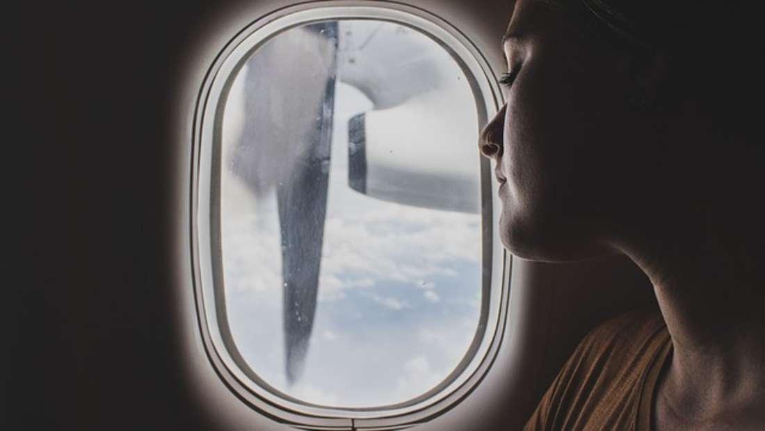 Wer im Flugzeug entspannen und schlafen möchte, der sollte folgende Tipps beherzigen.