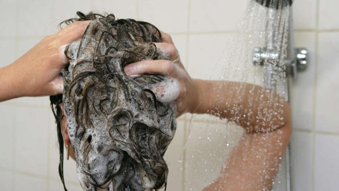 Wer mit Schimmel in der Dusche zu kämpfen hat, versucht sich meistens zuerst mit Hausmitteln.